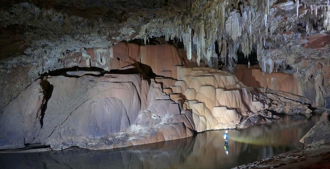 Caverna São Mateus, no Parque Estadual de Terra Ronca, GO. Trata-se de uma formação de travertinos no mais longo rio subterrâneo do Brasil, com quase dez quilômetros de extensão. Crédito: Daniel de Stefano Menin.